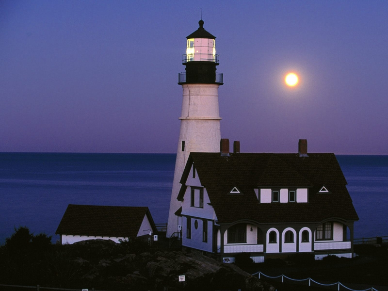 Cho dù là ban đêm thì ngọn hải đăng vẫn luôn phát sáng