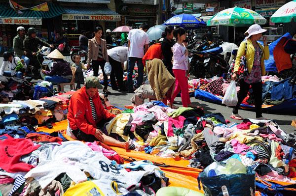 Đi theo xu thế ưa chuộng hàng mới lạ, độc đáo giá tốt thì trào lưu mua sắm thời trang hàng thùng với giá rẻ đang trở nên cực sốt