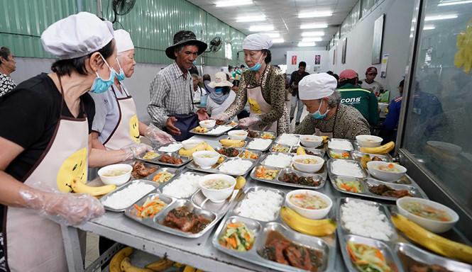 Khách hàng của các quán cơm bình dân là từ những người công nhân