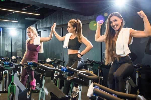 Đạp xe đạp tập thể dục tại phòng gym