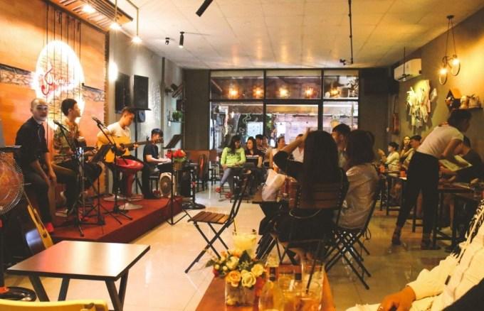 Mở quán cafe nhỏ kèm sân khấu diện kịch